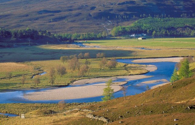 An undeveloped floodplain can slow and store water in a flood. River Dee. ©Lorne Gill/SNH