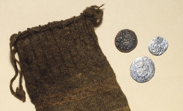 The unique knitted purse and the coins. Photo: National Museums Scotland.