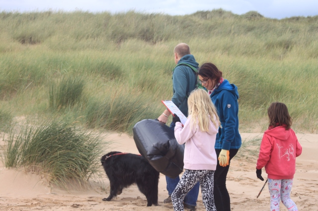 Forvie_family surveying beach litter2018
