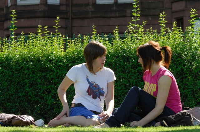 Girls say on the grass in Glasgow ©Lorne Gill/SNH